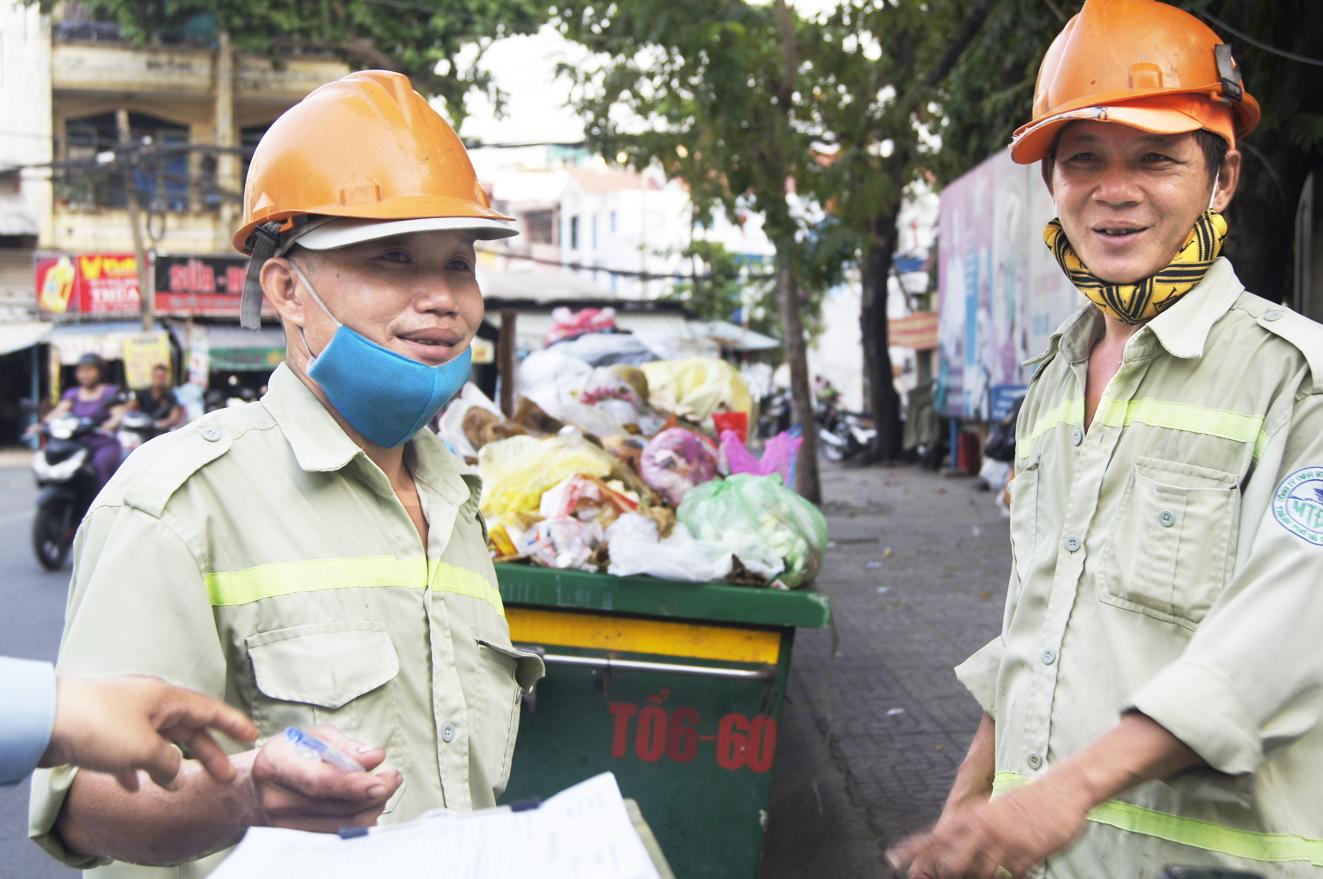 Các anh chị công nhân vệ sinh cam kết làm việc xuyên giao thừa để thành phố sạch đẹp