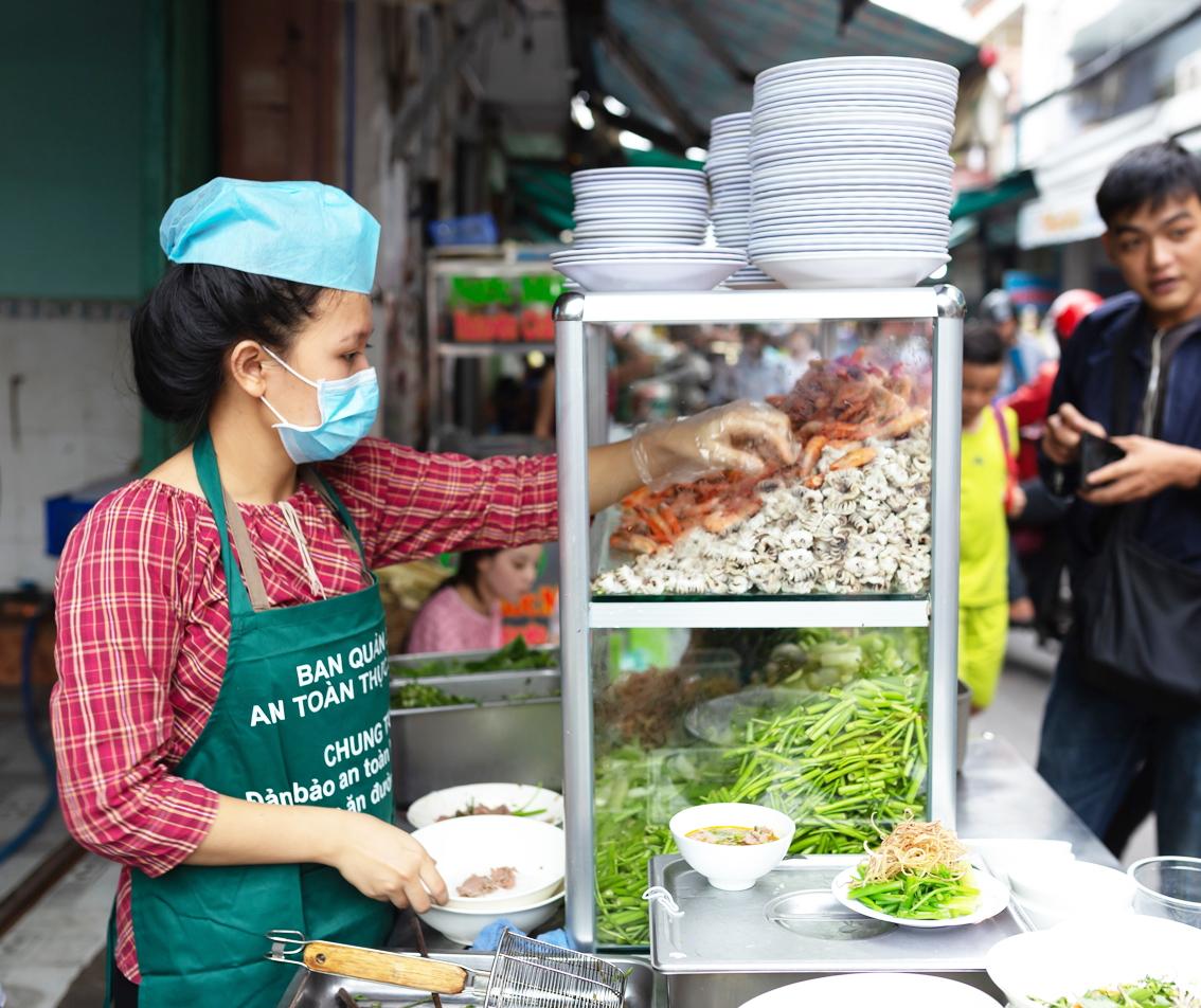 Bảo đảm an toàn thực phẩm đối với thức ăn đường phố, bếp ăn tập thể, bếp ăn công nghiệp… luôn là vấn đề thu hút sự quan tâm của người dân - Ảnh: Quốc Ngọc