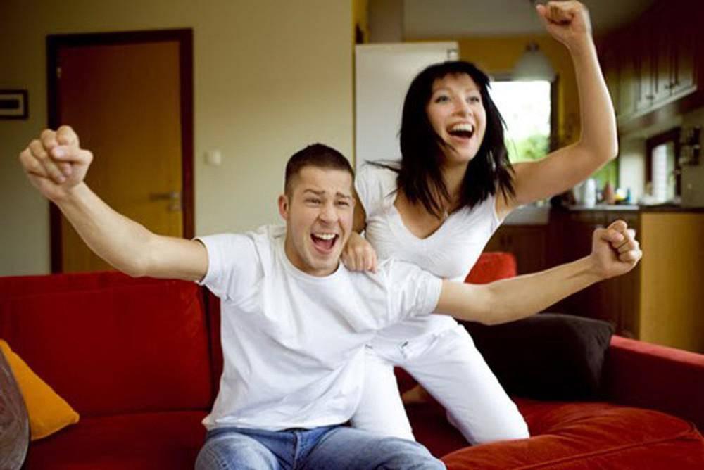 Chồng tôi chỉ thích xem bóng đá với vợ. Ảnh minh họa