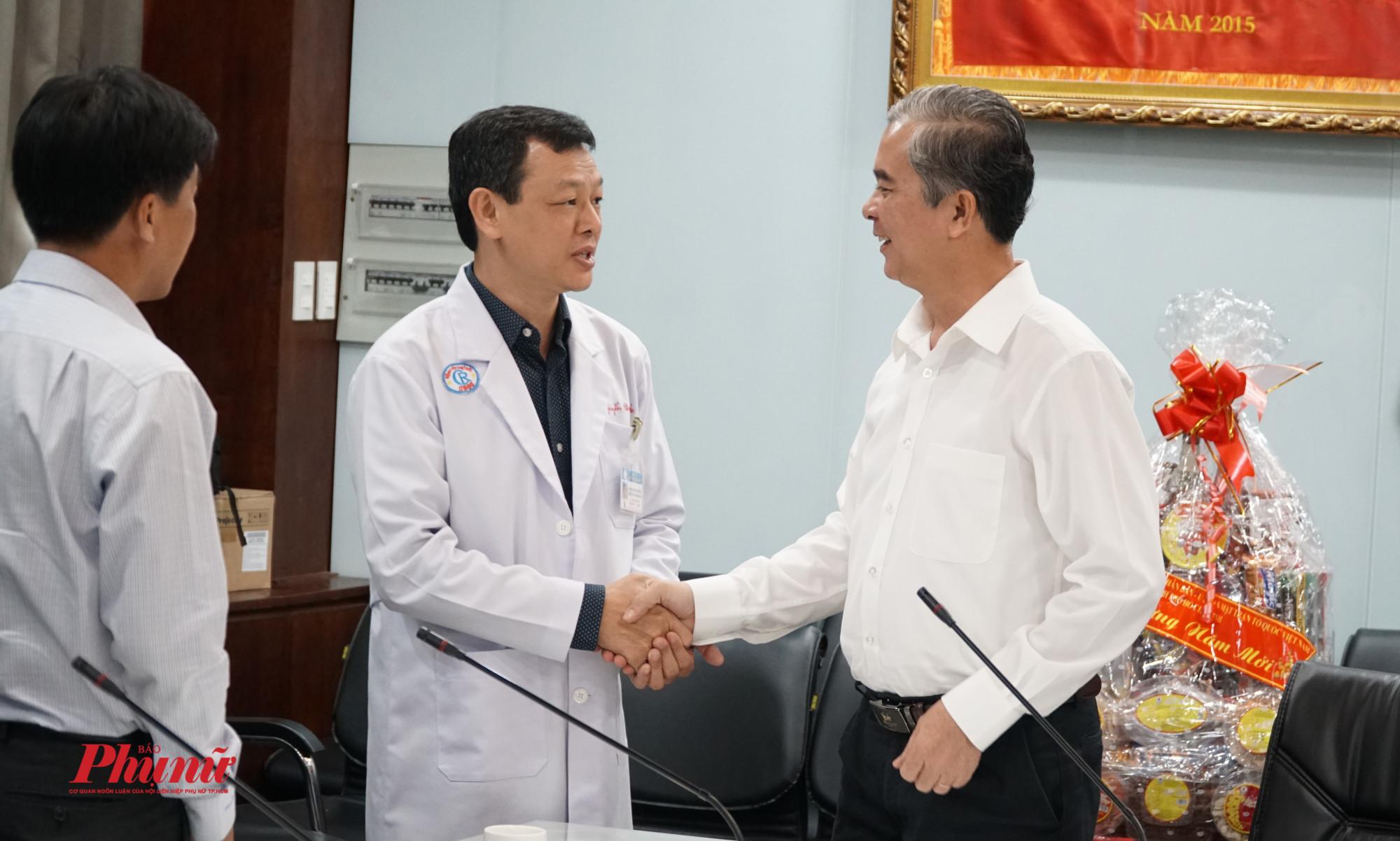 Giám đốc bệnh viện, bác sĩ Nguyễn Tri Thức cám ơn lãnh đạo thành phố đã đến thăm và chúc mừng