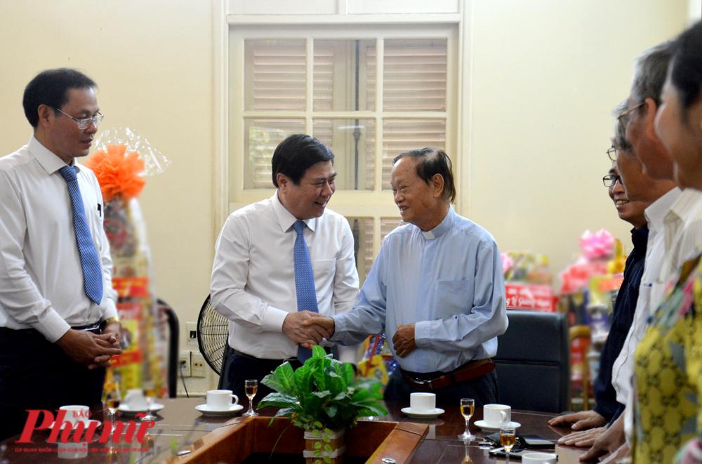 Chủ tịch UBND TPHCM chúc Tết linh mục Phan Khắc Từ - Chủ tịch Uỷ ban Đoàn kết Công giáo TPHCM