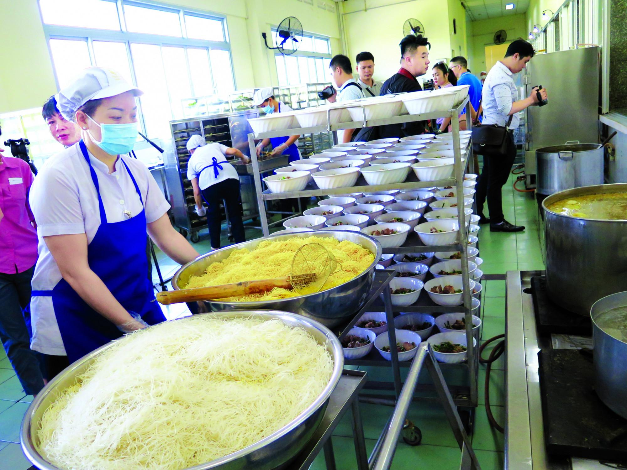 Bảo đảm an toàn thực phẩm đối với thức ăn đường phố, bếp ăn tập thể, bếp ăn công nghiệp… luôn là vấn đề thu hút sự quan tâm của người dân ẢNH: QUỐC NGỌC