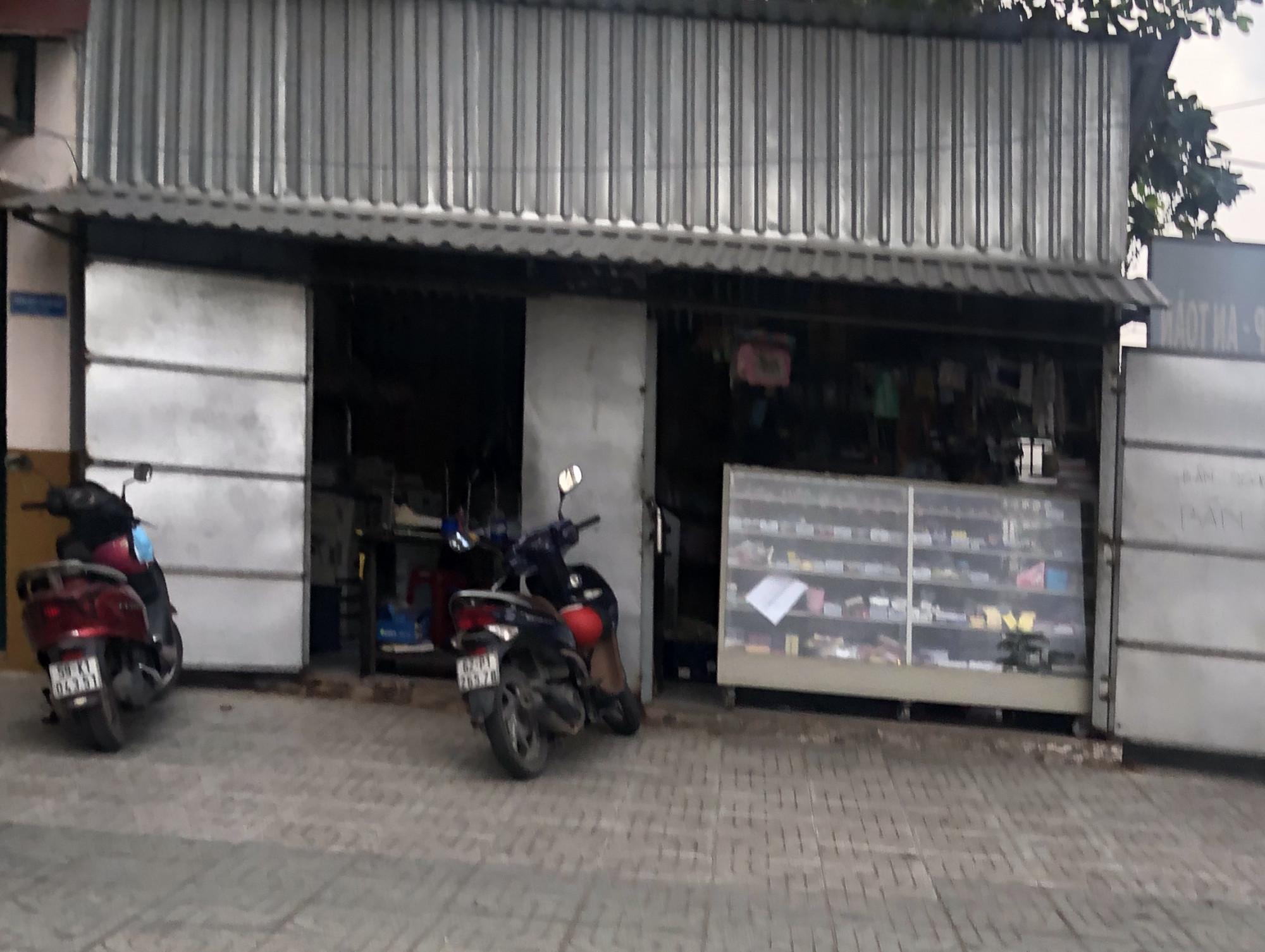 Quầy văn phòng phẩm đặt trong trường THPT Bình Phú là nơi ông Hoàng kinh doanh và cho rằng trường mua nhưng không trả nợ trong nhiều năm liền