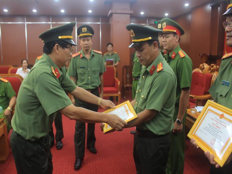 Ban Giám đốc Công an tỉnh Trà Vinh trao thưởng các cá nhân có thành tích phá án