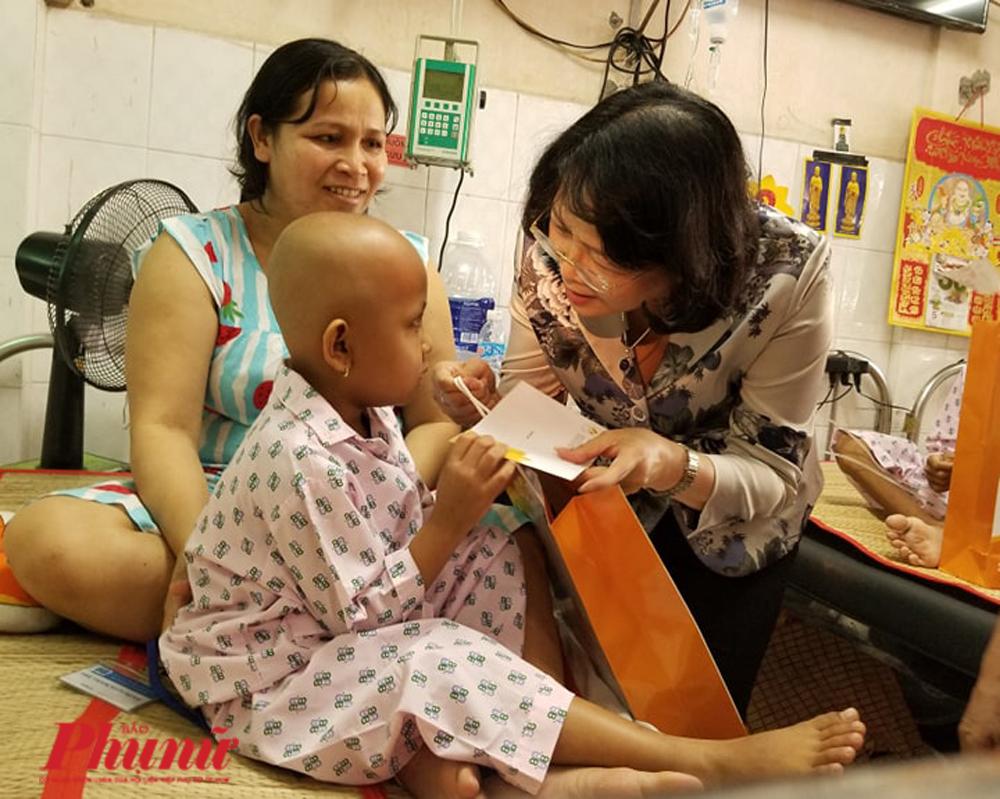 Phó CT nước Đặng Thị Ngọc Thịnh thăm hỏi một bệnh nhi ung thư tại BV Ung Bướu TP.HCM. Ảnh: Dương Thương