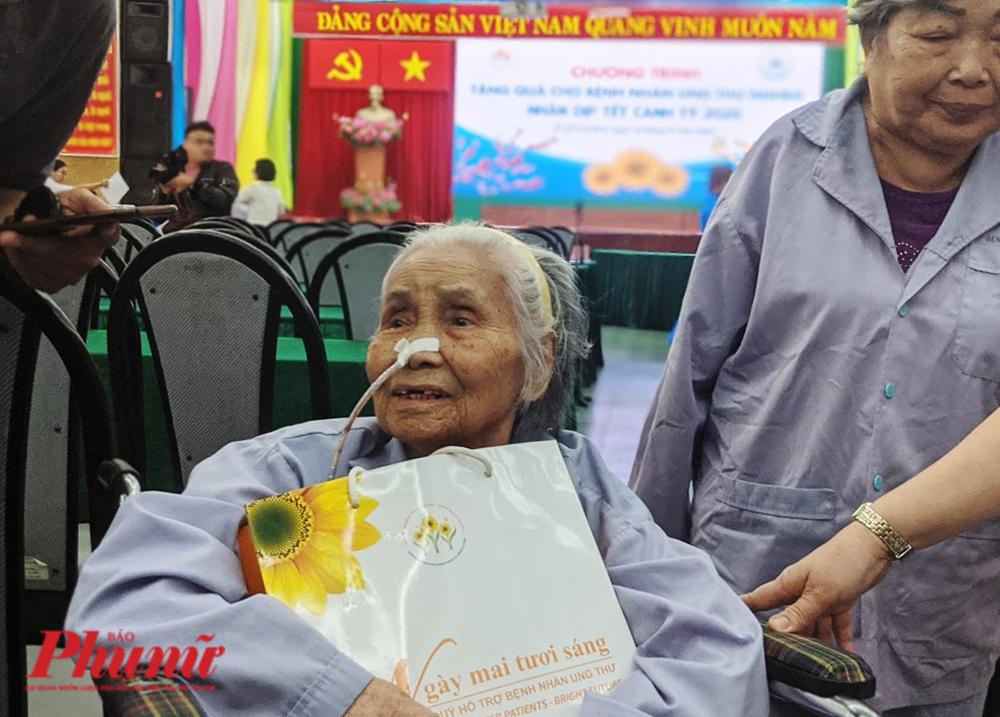 Bệnh nhân Nguyễn Thị Bốn, 92 tuổi, quê Quảng Ngãi - đang điều trị ung thư dạ dày tại BV Thống Nhất TP.HCM vui vẻ khi nhận được sự quan tâm của lãnh đạo Đảng, Nhà nước trong dịp xuân Canh Tý 2020