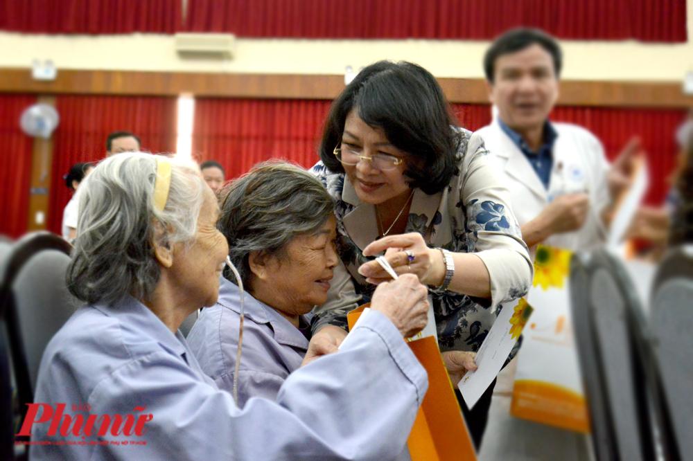 Phó Chủ tịch nước Đặng Thị Ngọc Thịnh trao quà và thăm hỏi bệnh nhân ung thư tại BV Thống Nhất (TP.HCM)
