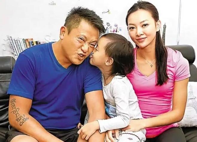 Gia đình Ngụy Tuấn Kiệt - Trương Lệ Hoa thuở còn mặn nồng.