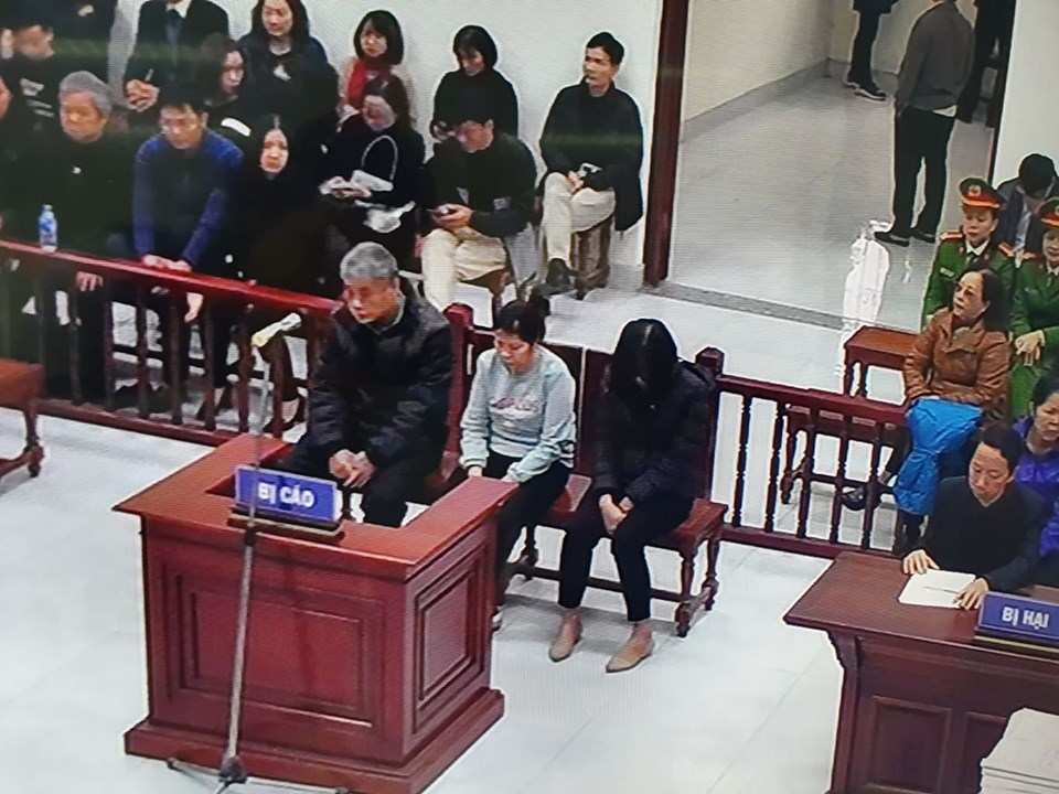 Ba bị cáo bị đưa ra xét xử