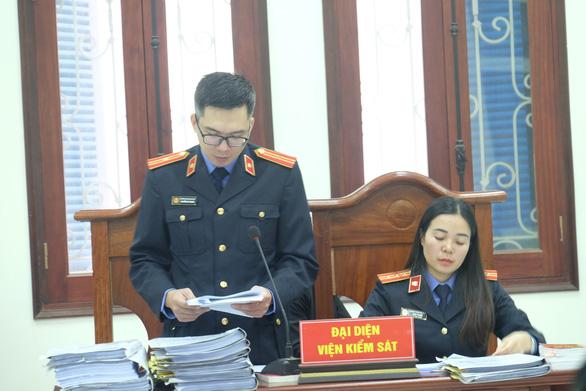 Đại diện VKS đọc phần luận tội và đề nghị mức án (Ảnh: TTXVN)