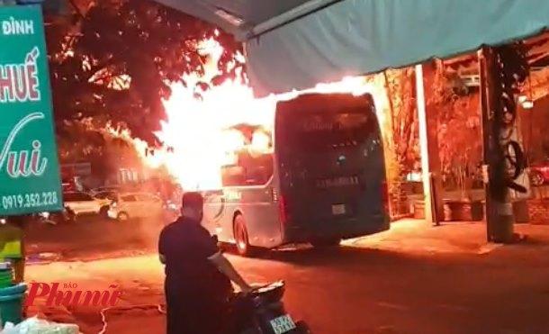 Một người dân cho biết, tuy anh đứng cách xa ngọn lửa hơn 10m, nhưng anh vẫn cảm nhận được sức nóng từ lửa phát ra.