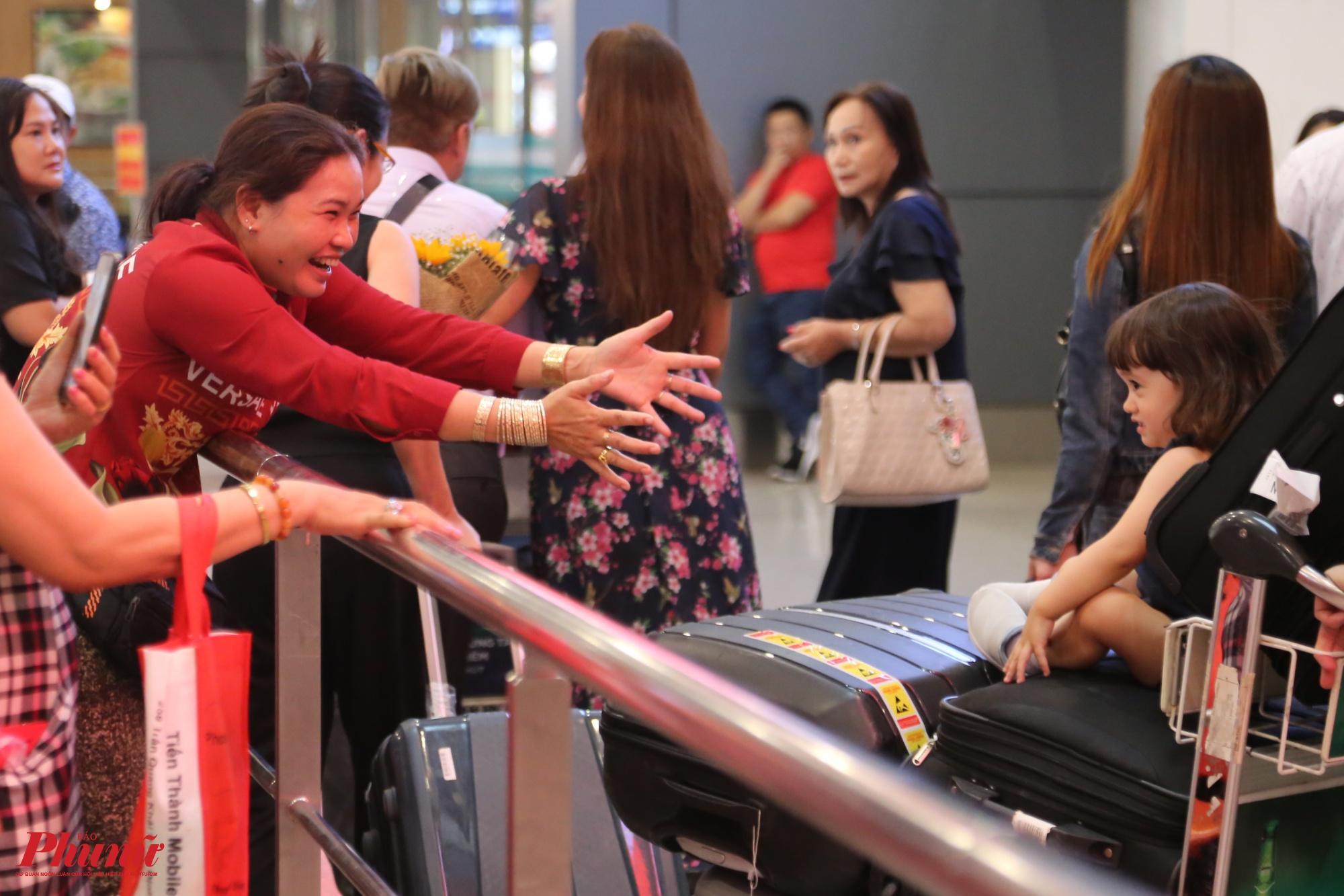 Chị Minh Ngọc (quê Sóc Trăng) vui mừng ôm đứa cháu ngoại từ Úc về Việt Nam để ăn Tết, chị chia sẻ: Lâu lắm rồi không gặp con cháu nên nay đi đón rất mong đợi, gặp con về nhà ăn tết là tôi vui lắm rồi.