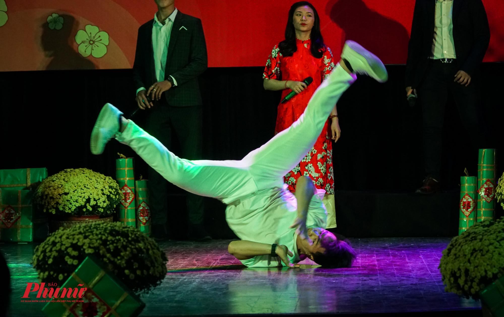 màn trình diễn hiphop đỉnh cao của một dance khiến các bạn sinh viên reo hò