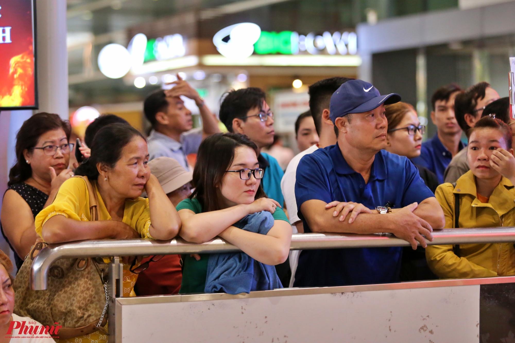 Do sự cố về thời tiết và sân bay, một số chuyến bay đáp trễ nên nhiều người thân đứng ở cửa ra vào của nhà ga quốc tế đợi hàng giờ đồng hồ để đón Việt Kiều