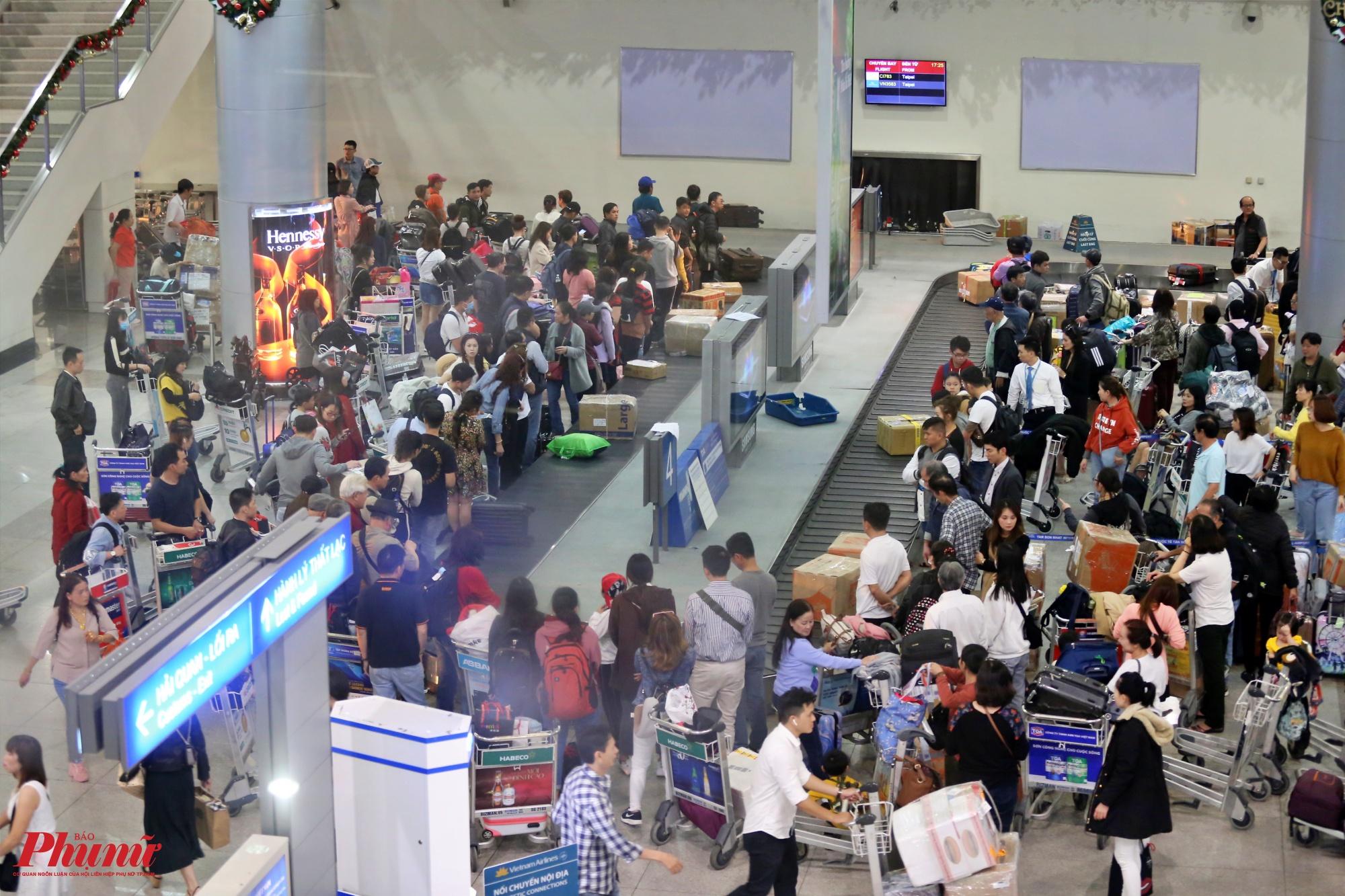 Hàng khách đứng chật kín ở khu băng chuyền đợi lấy hành lý