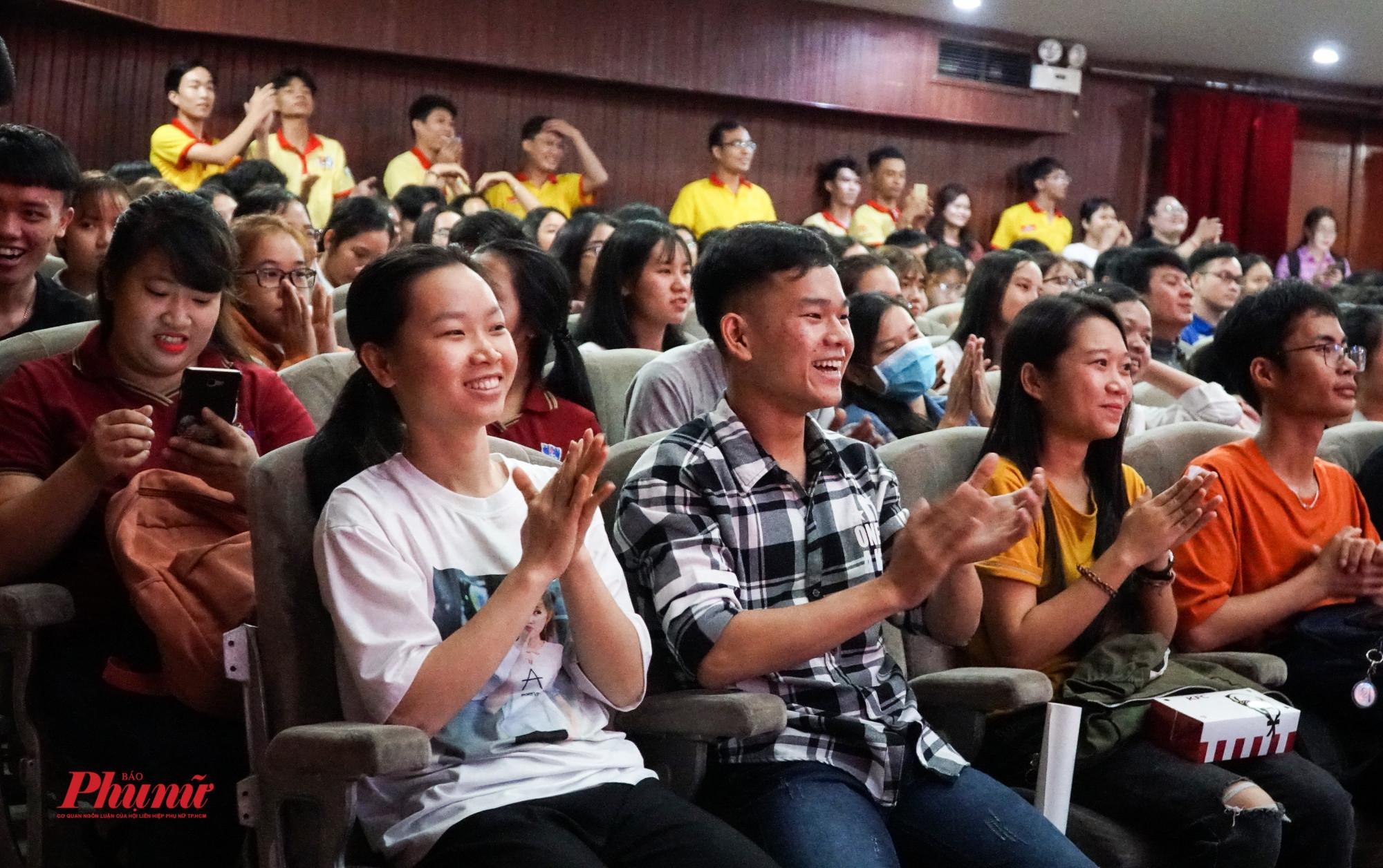 Sinh viên vỗ tay reo hò trước những màn biểu diễn của ca nghệ sỹ
