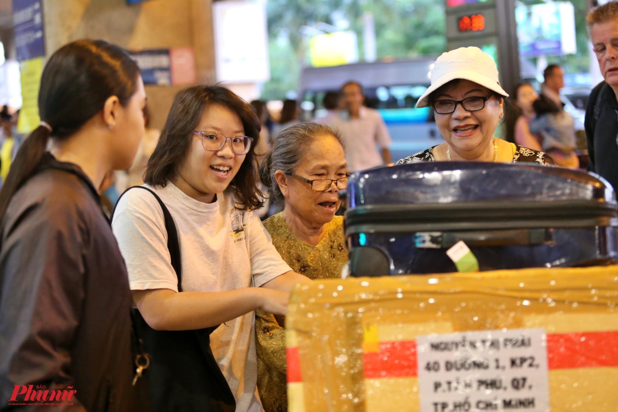 Gia đình bà Nguyễn Thị Phải ở quận 7,TP.HCM tươi cười hớn hở khi gặp lại người thân sau bao ngày xa cách.