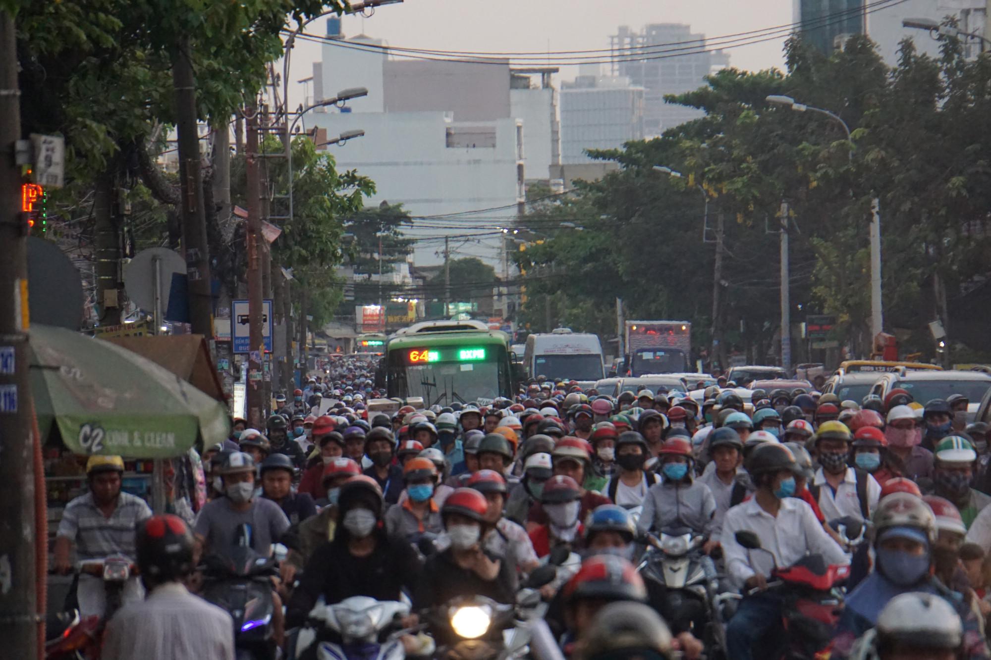 Tại cửa ngõ vào bến xe Miền Đông, dù mới chính thức bước vào cao điểm Tết Canh Tý 2020 nhưng hàng loạt tuyến đường thường xuyên rơi vào cảnh ùn tắc nghiêm trọng