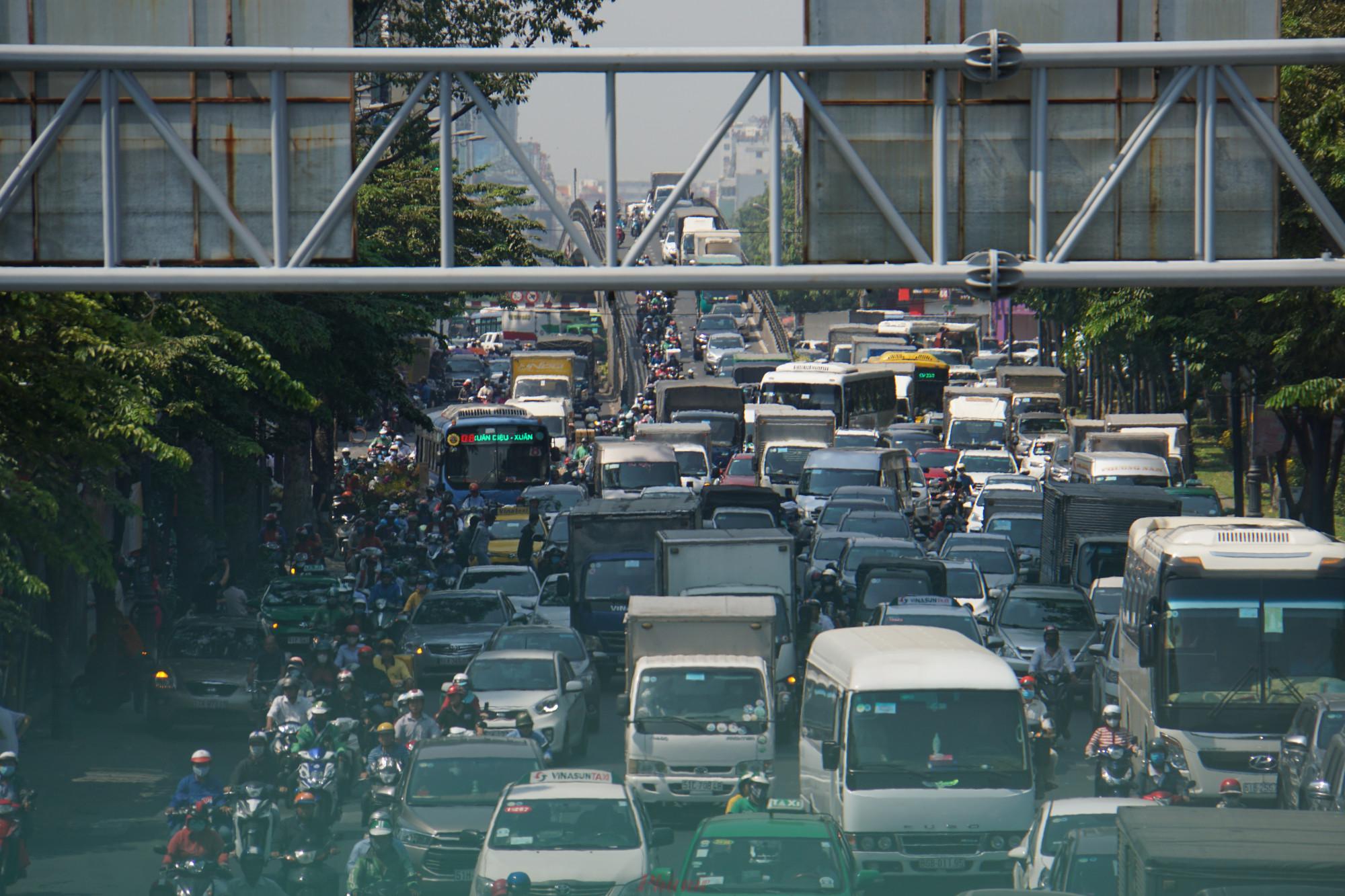 dù mới chính thức bước vào cao điểm Tết Canh Tý 2020 nhưng hàng loạt tuyến đường thường xuyên rơi vào cảnh ùn tắc nghiêm trọng