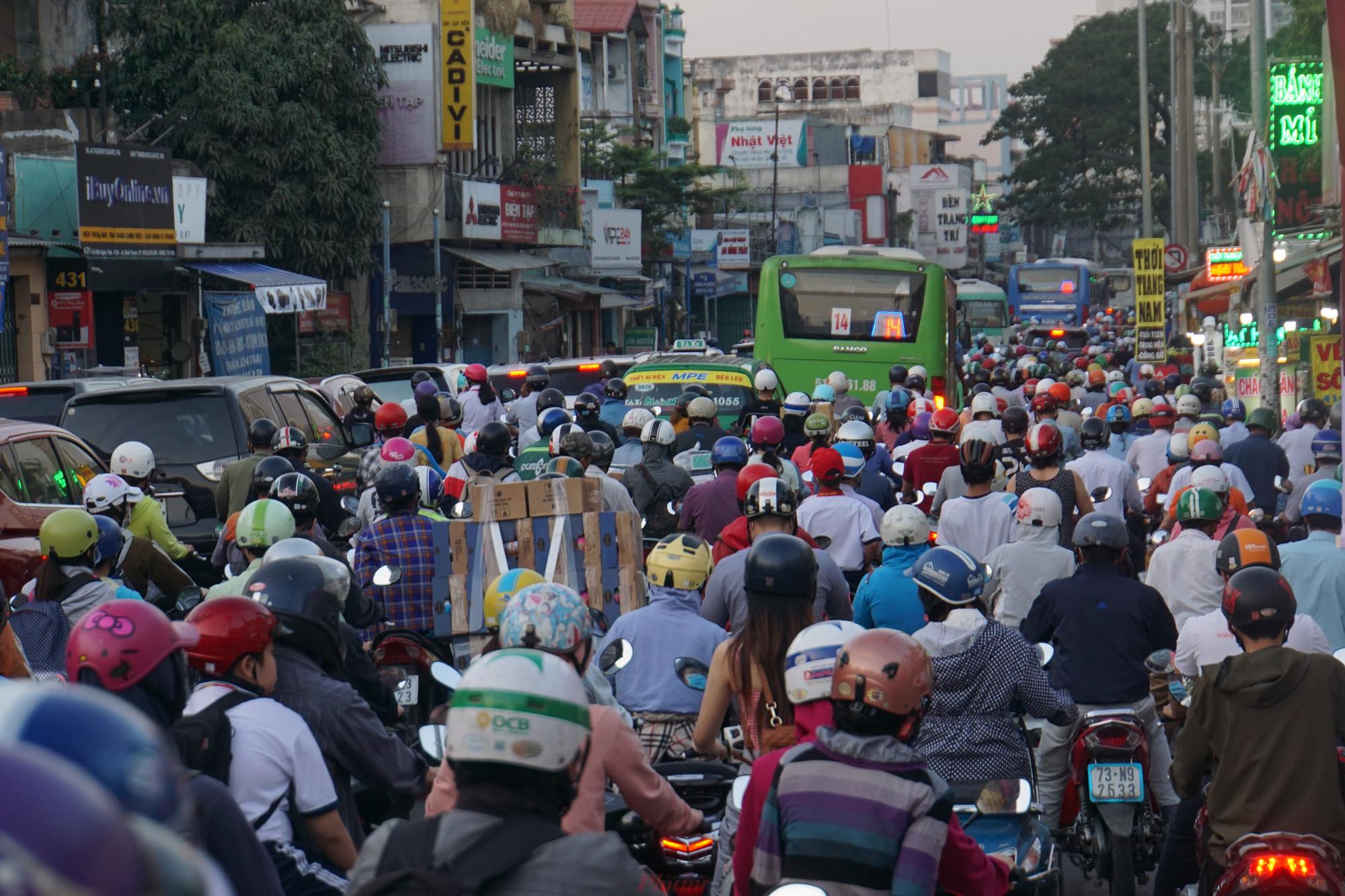 Mặt đường không còn chỗ trống, ô tô xe máy chen chúc nhích từng mét trên đường