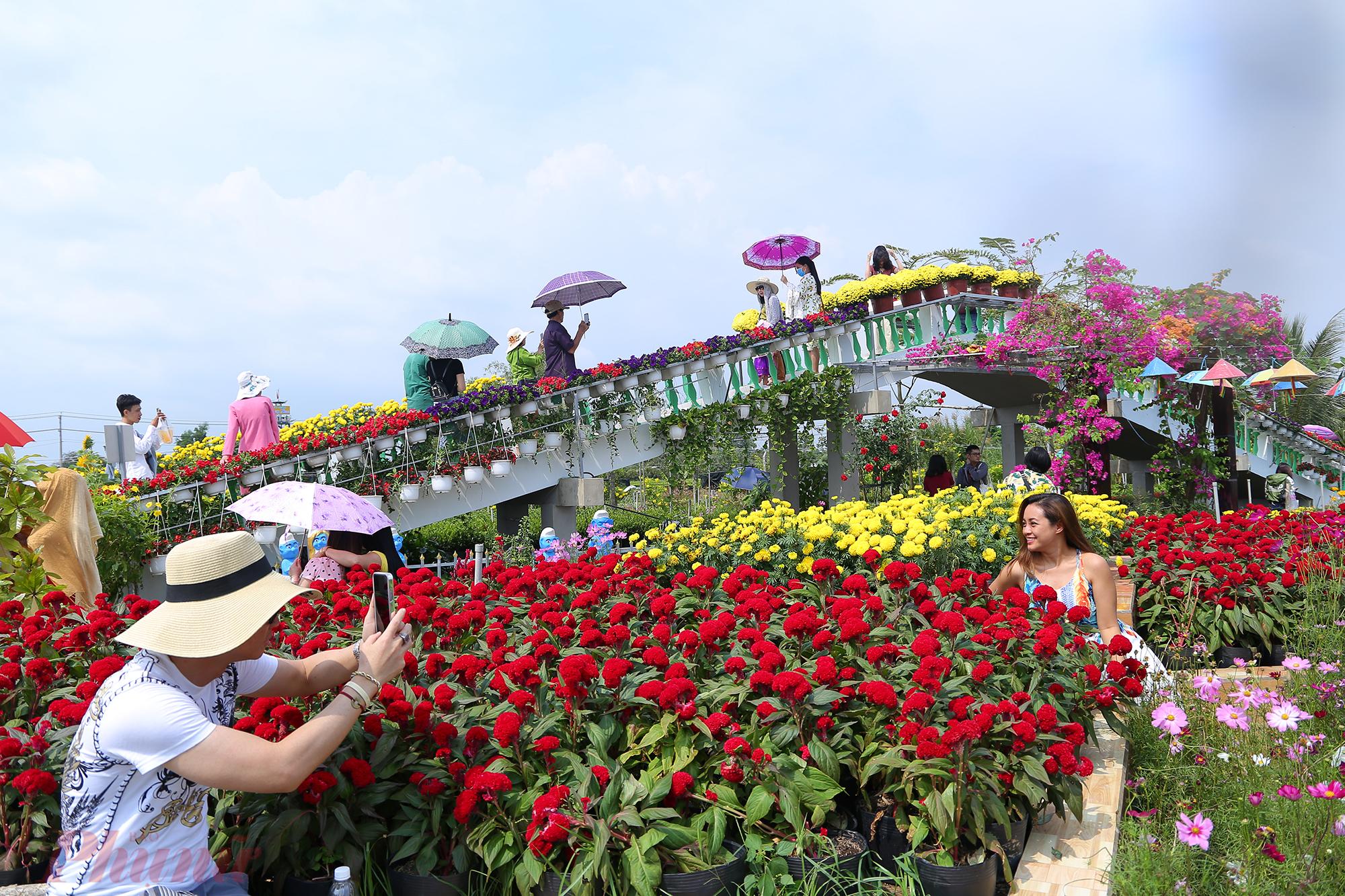Tuy nhiên, để tham quan một số khu vực trong làng hoa được xây dựng, bố trí cảnh quan đẹp mắt, du khách sẽ mất phí vào cổng 10.000 đồng/người lón và 5.000 đồng/trẻ em. Mức giá khá mềm này cũng không khiến du khách phiền lòng.