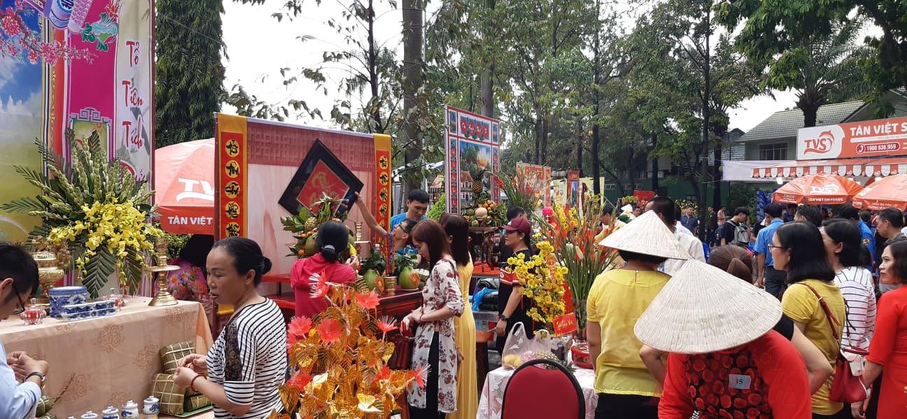 Đông đảo người dân đến tham quan và cổ vũ cho hội thi