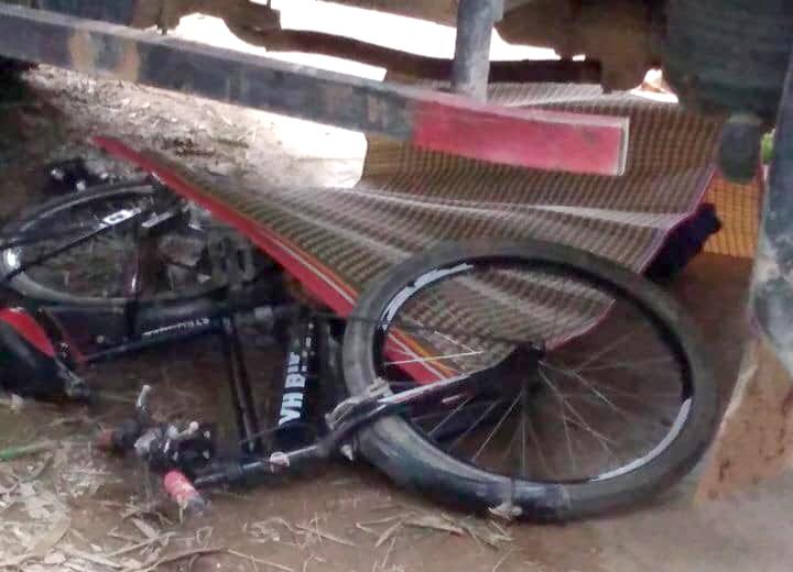 Chiếc xe đạp bị hư hỏng, nằm dưới gầm xe tải sau vụ tai nạn
