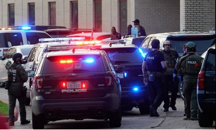 Xe cảnh sát tại hiện trường. Ảnh: KRGV