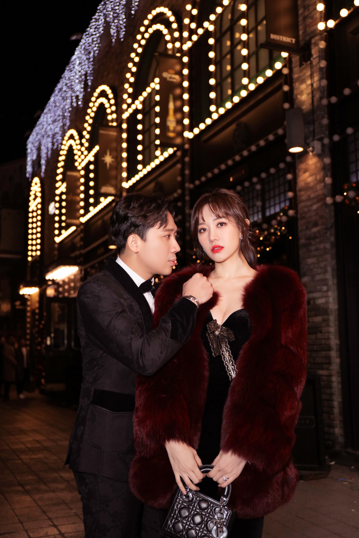 Hari Won biến hóa mẫu váy ôm thân kết hợp với áo lông, túi xách hiệu tình tứ bên ông xã. Cả hai dành cho nhau những ánh mắt âu yếm, nắm tay sải bước trên đường phố về đêm.