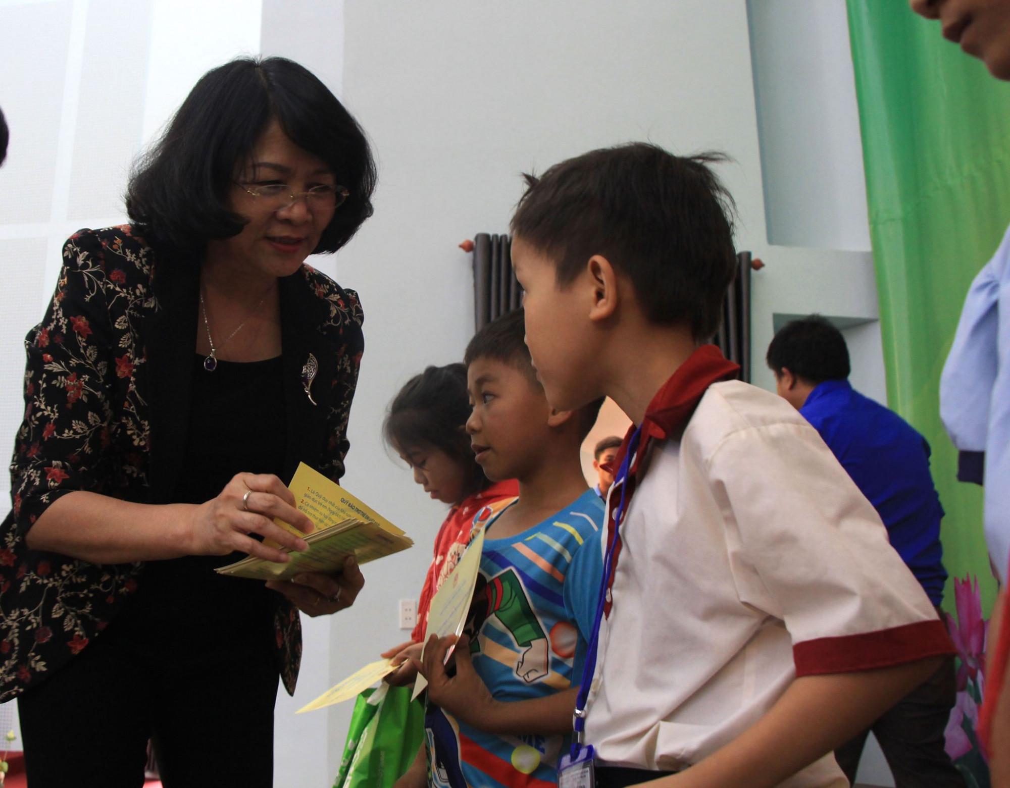 Phó Chủ tịch nước Đặng Thị Ngọc Thịnh tặng quà cho các học sinh có hoàn cảnh khó khăn