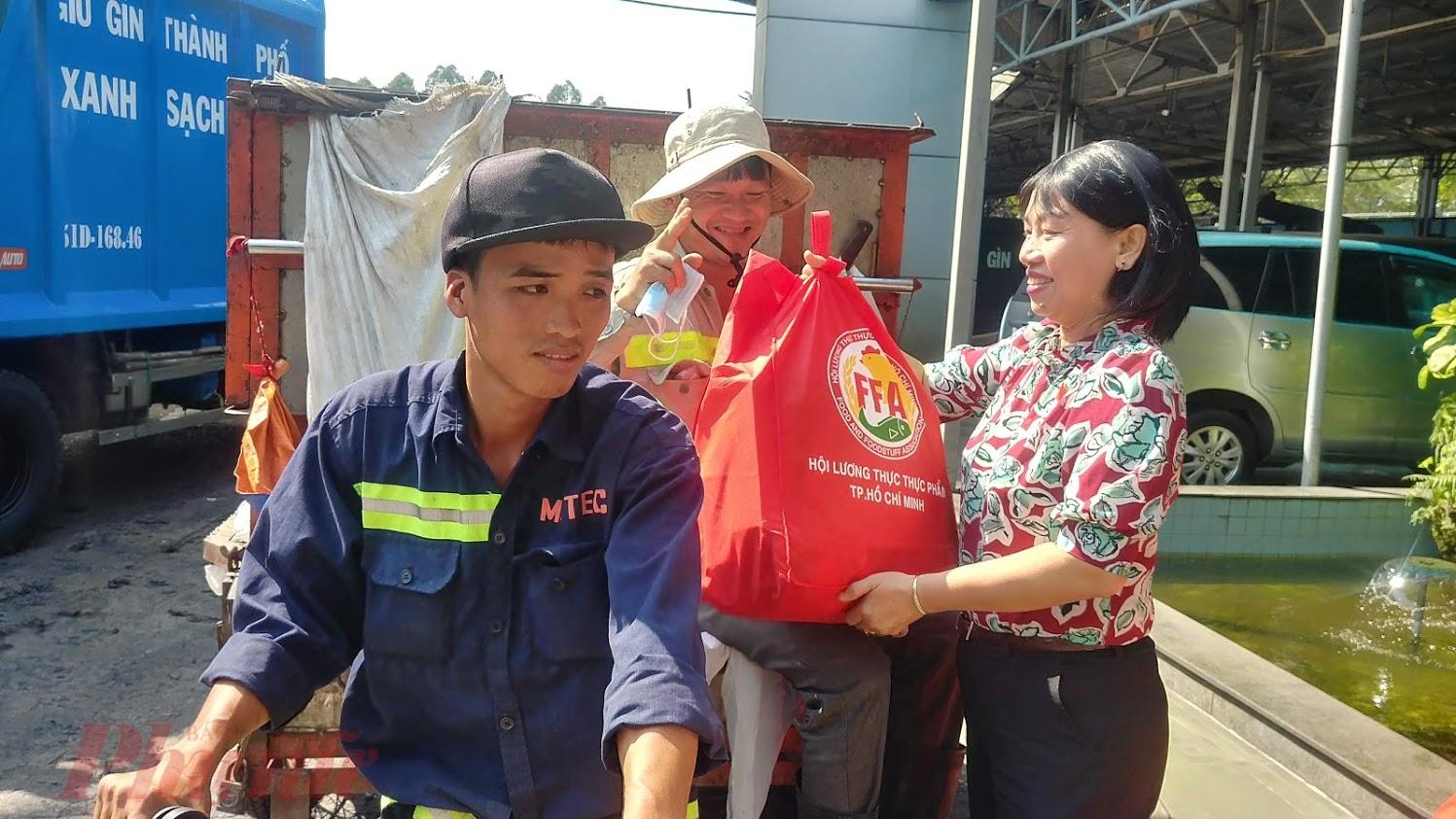 Bà Trần Thị Phương Hoa tặng những phần quà tết từ Hội Lương thực thực phẩm TP.HCM và Quỹ Doanh nhân vì cộng đồng – Hiệp hội Doanh nghiệp TP.HCM  đến công nhân viên môi trường.