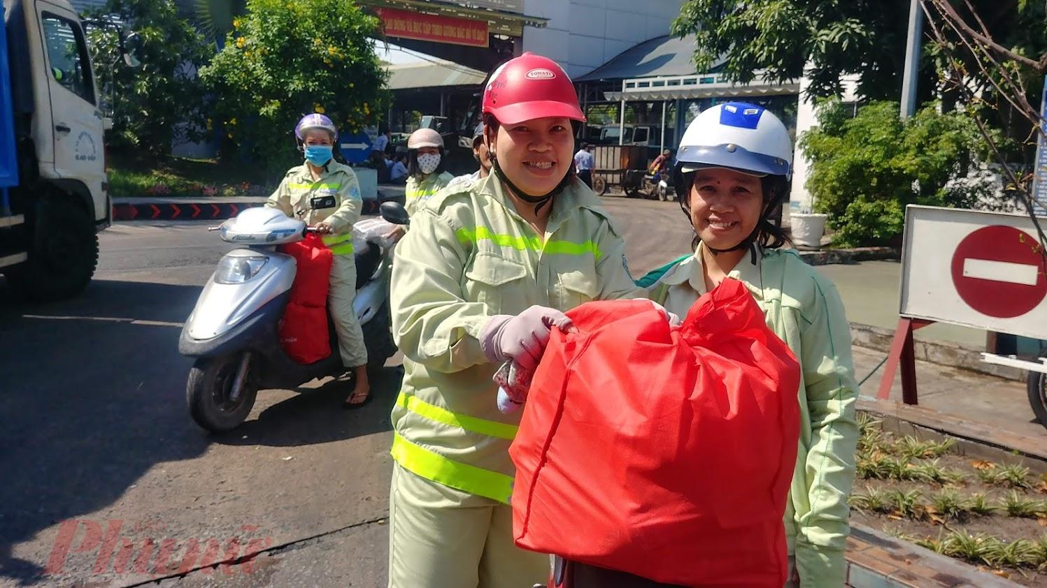 Niềm vui của những người công nhân môi trường trong những ngày giáp tết.