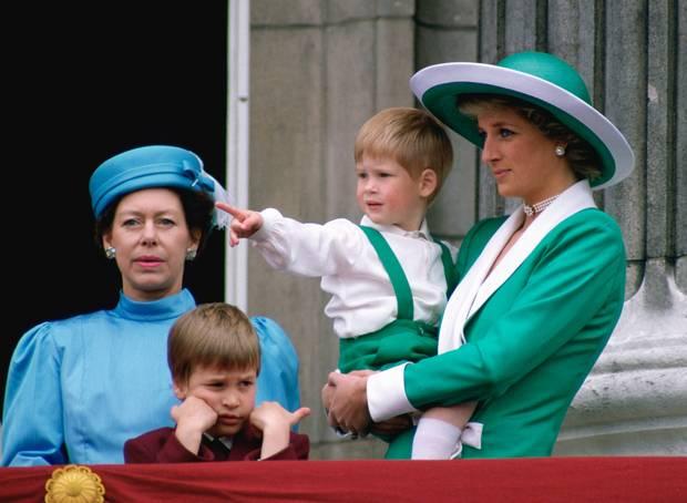 Hai anh em Hoàng tử cùng mẹ - công nương Diana tham gia vào một sự kiện của Hoàng gia Anh.