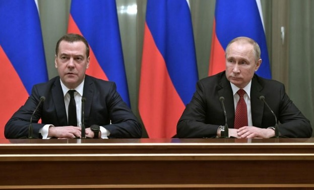 Thủ tướng Medvedev đưa ra thông báo bên cạnh Tổng thống Putin trên truyền hình quốc gia hôm 15/1. (Ảnh: Reuters)