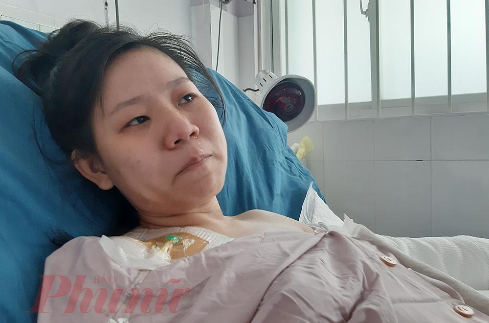 Sợ mọi người lo lắng, chị Trang luôn mỉm cười, nhưng khi còn lại một mình, chị không ngăn nổi dòng nước mắt.