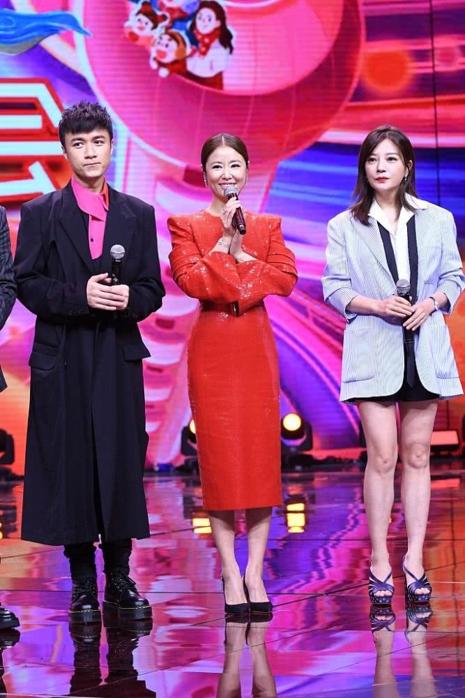 Lâm Tâm Như ghi điểm với chiếc đầm đỏ rực, ôm sát khoe đường cong.