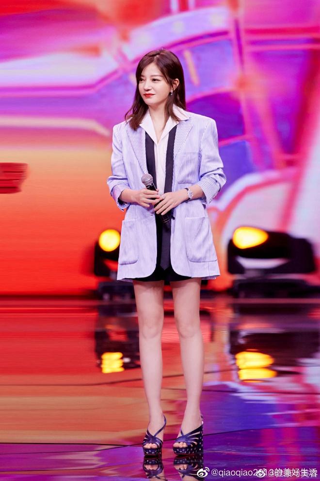 Triệu Vy diện trang phục trẻ trung. Cô vẫn giữ được vẻ ngoài thu hút khi đã bước sang U50.