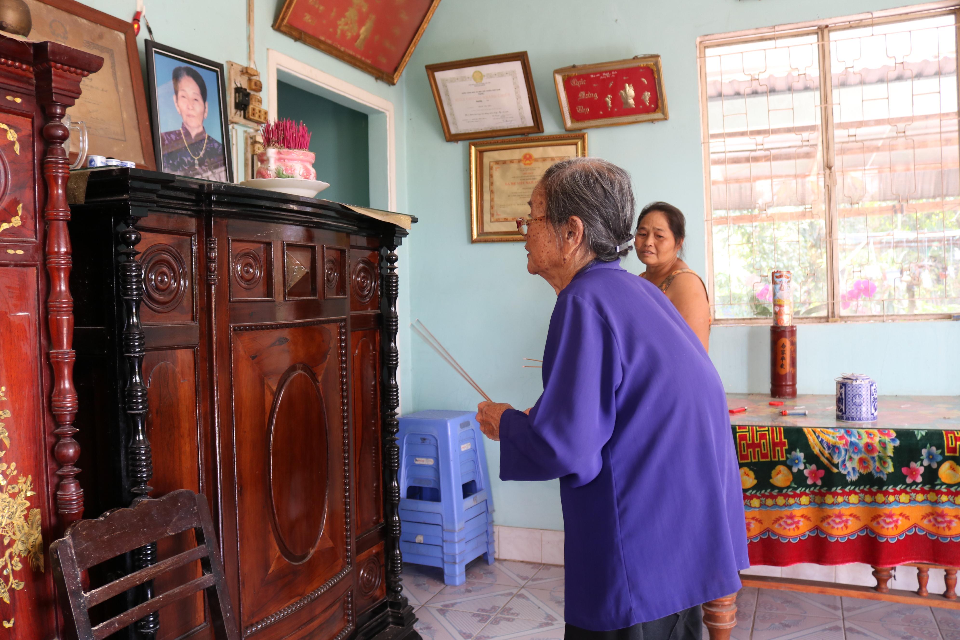 Bà Năm Đang thắp nhang tưởng nhớ Bà mẹ Việt Nam anh hùng Phạm Thị Niền. Má Niềm ở Củ Chi đã dành cả đời chở che, bảo bọc bộ đội và cán bộ phụ vận.