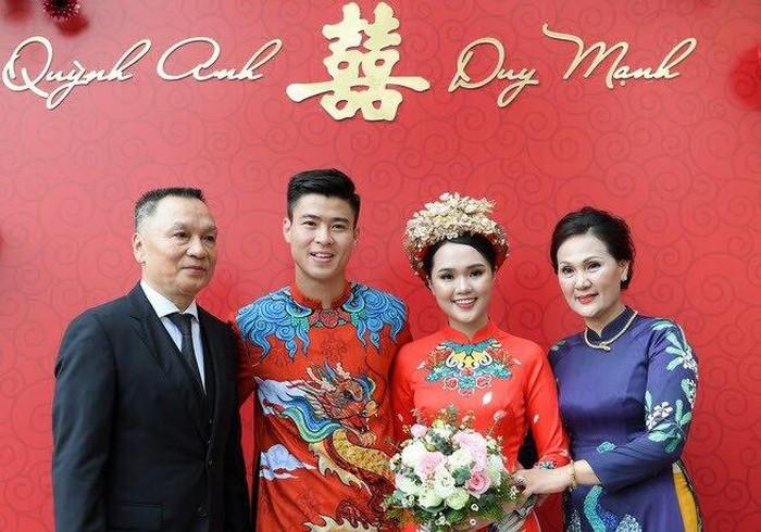 Sau màn cầu hôn lãng mạn ở phố đi bộ Nguyễn Huệ, trung vệ