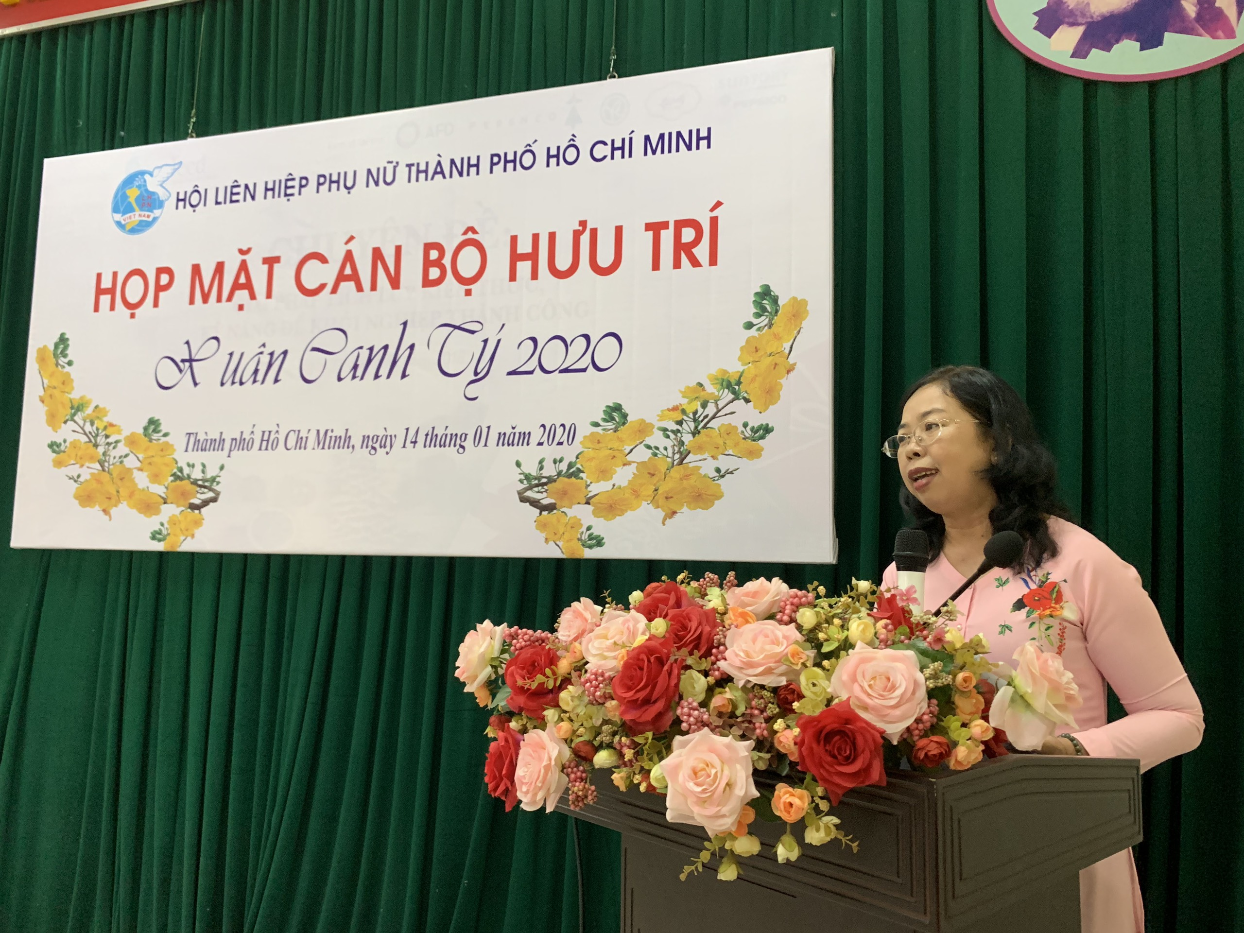 Bà Đỗ Thị Chánh - Phó chủ tịch Hội LHPN TP.HCM - gửi lời chúc mừng năm mới Canh Tý đến các dì cán bộ hưu trí.