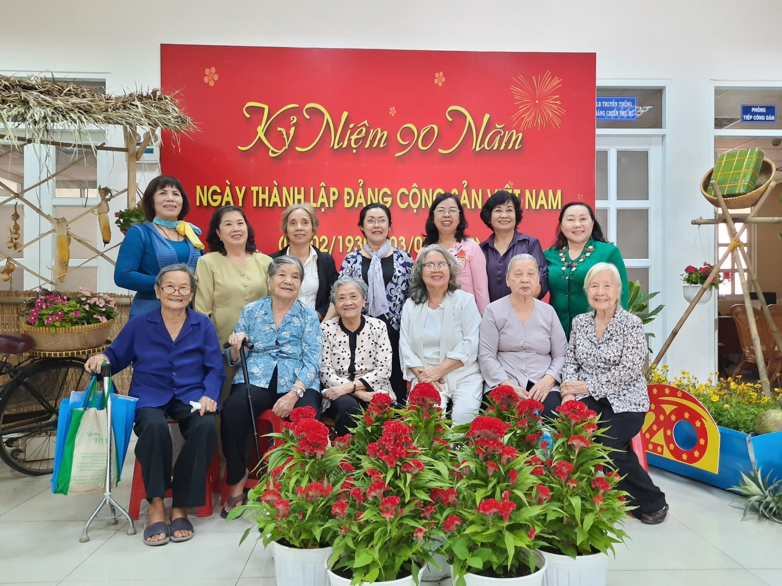 Các nữ cán bộ hưu trí tề tựu ngày cuối năm tại trụ sở Hội LHPN TP.HCM.