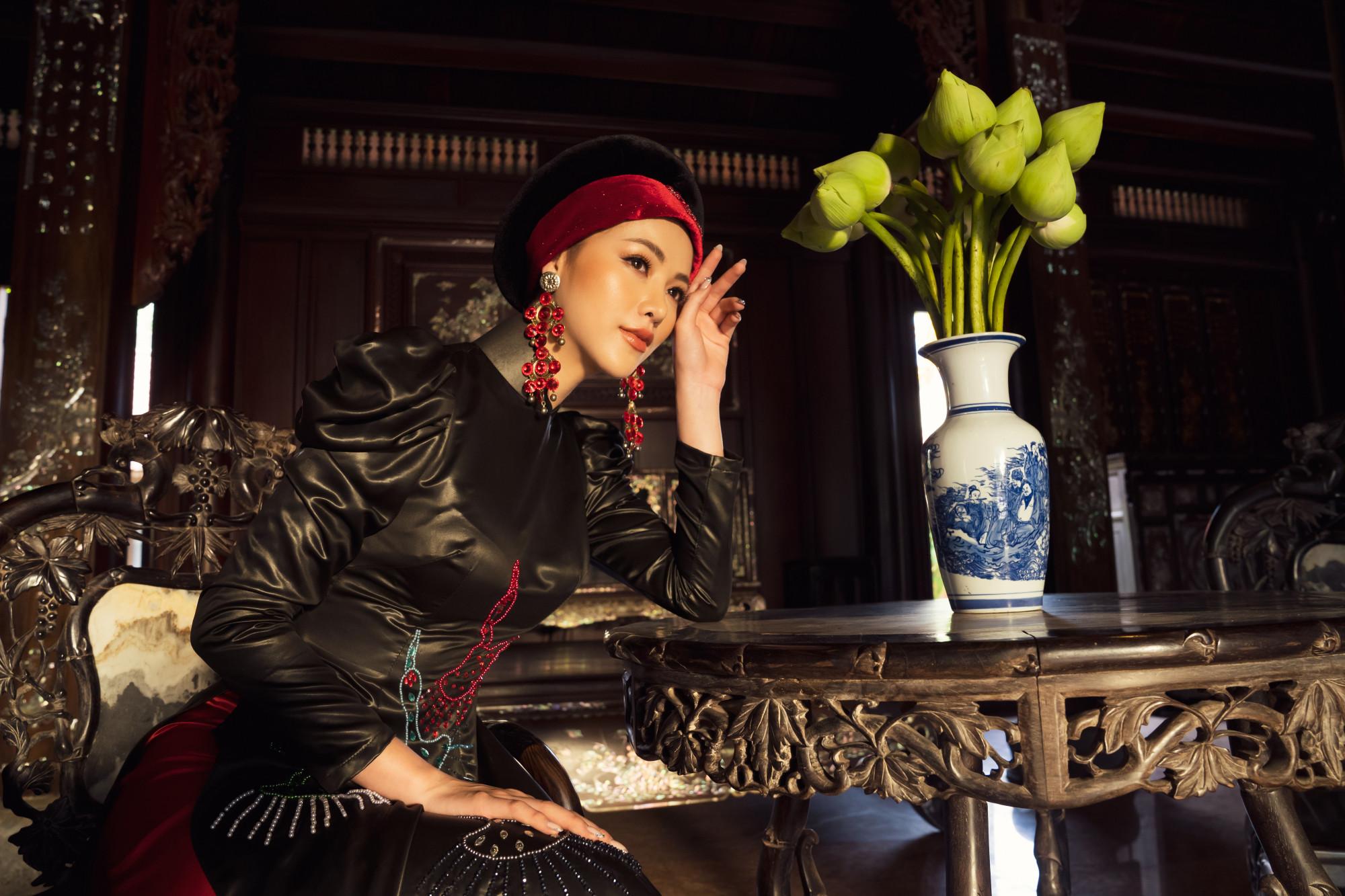 Khoác lên mình lụa chirimen - chất liệu truyền thống của Nhật Bản với những họa tiết hoa xuân được thêu thủ công mang nét đặc trưng riêng biệt giúp Phương Khánh nền nã, quyến rũ lạ thường.