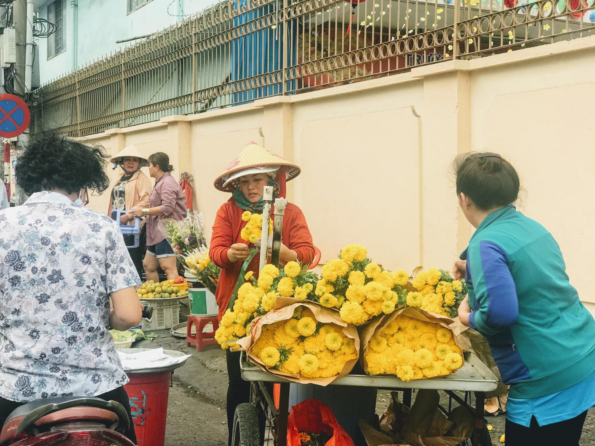 Hoa vạn thọ vàng khá hút khách ngày ông Công ông Táo