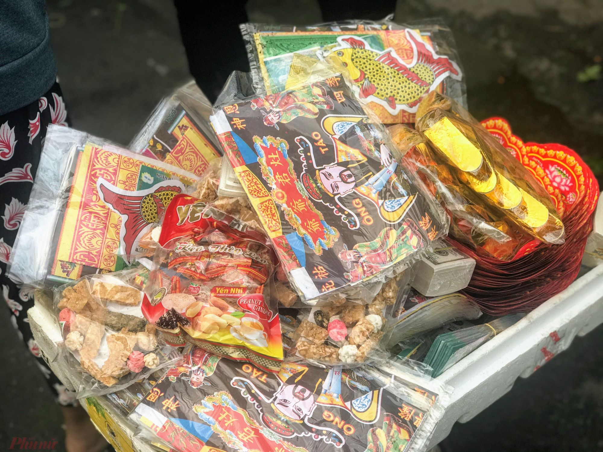 Bộ đồ lễ đốt sau khi cúng ông Táo có giá 10.000 đồng, thèo lèo, kẹo bánh vào túi nhỏ giá 5.000 đồng khá hút khách hàng.