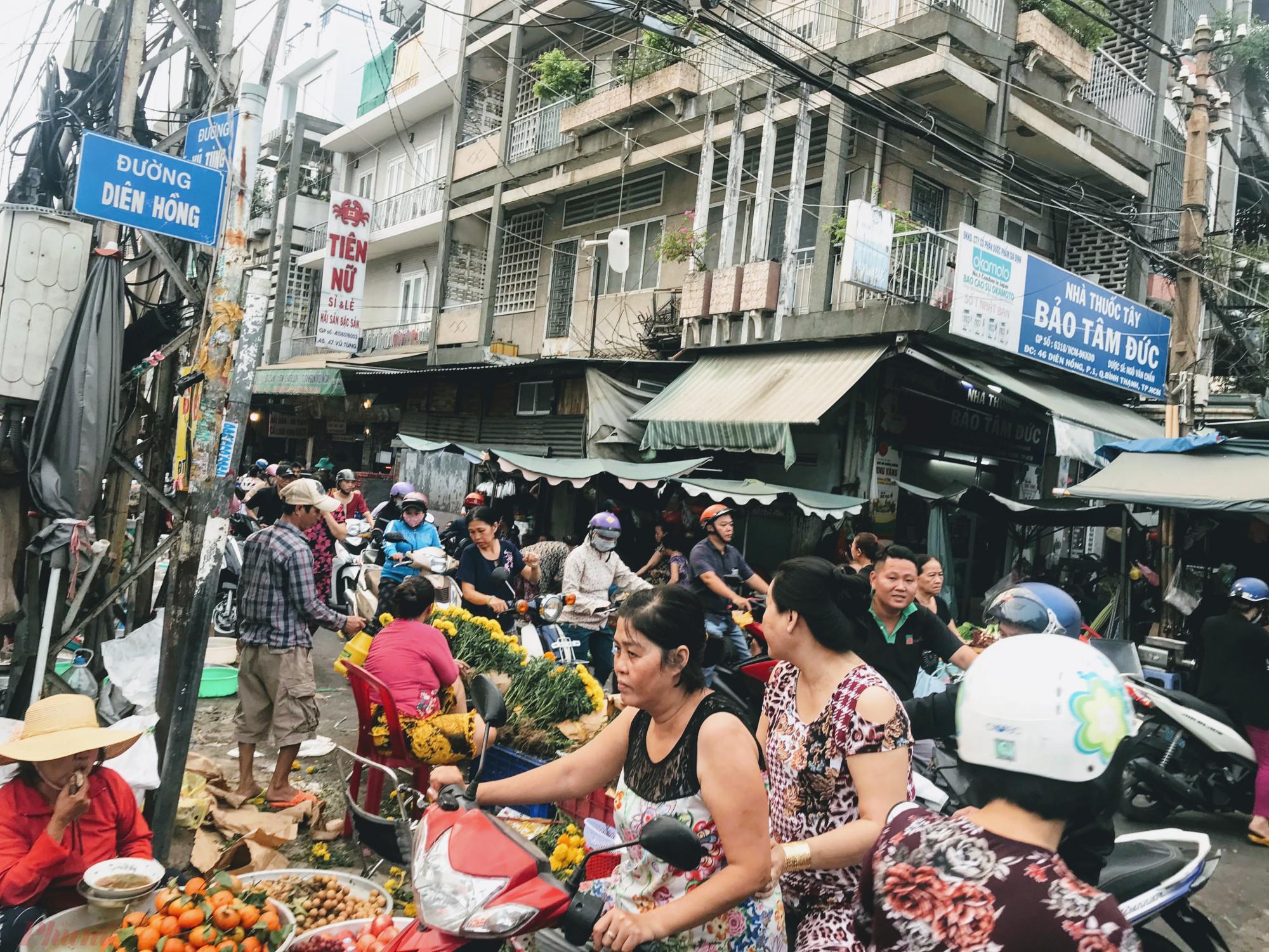Theo ghi nhận của phóng viên báo Phụ Nữ TPHCM, chiều 16/1 (22 tháng Chạp) tại các chợ Tân Định (quận 1), Bà Chiểu (quận Bình Thạnh),... khá nhộn nhịp khi người dân bắt đầu đi sắm đồ Lễ, hoa tươi, cá chép để chuận bị cúng ông Công, ông Táo.