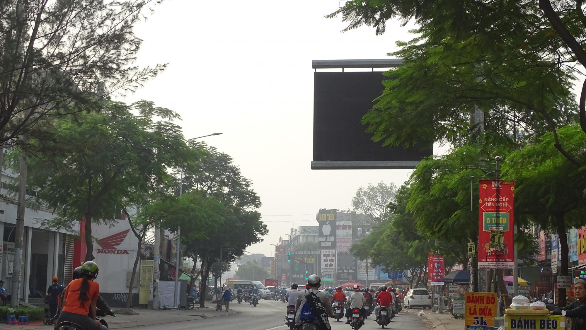 Bảng điện tử hiển thị thông tin về chất lượng môi trường trên đường Nguyễn Oanh ( quận Gò Vấp) tắt ngấm trong ngày 28/12/2019, đúng vào TP.HCM đang ngày xảy ra hiện tượng mù trời. Song, cho dù bảng điện tử này có hoạt động thì phải mất một tháng sau, kết quả quan trắc chất lượng không khí  đợt mù trời cuối tháng 12 mới được cập nhật.