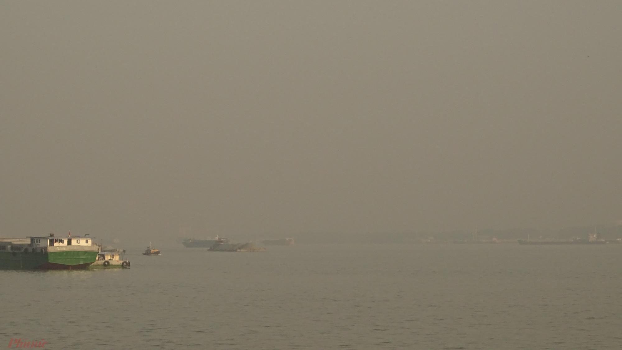 """Tình trạng mù trời ở TP HCM không chỉ xuất hiện ngày càng nhiều mà mức độ """"đậm đặc"""""""" cũng tang lên. Có những đợt bầu trời mù mịt đến mức các tàu thuyền trên song Sài Gòn gần như biến mất."""