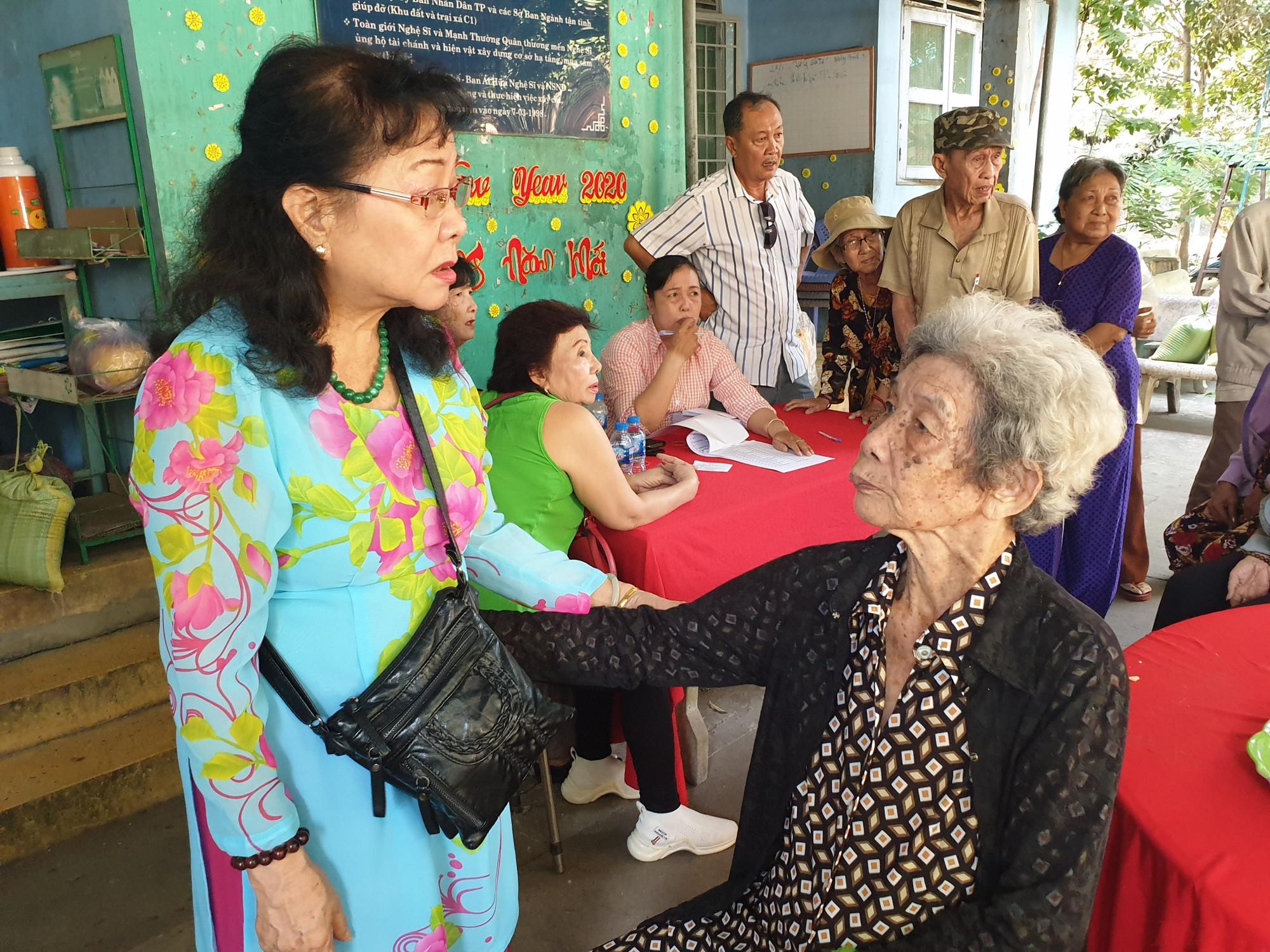 NSƯT Thanh Dậu say sưa nhắc kỷ niệm thời ở Đoàn cải lương Nam bộ với bà Thanh Thủy - nhân viên phục trang hóa trang của đoàn