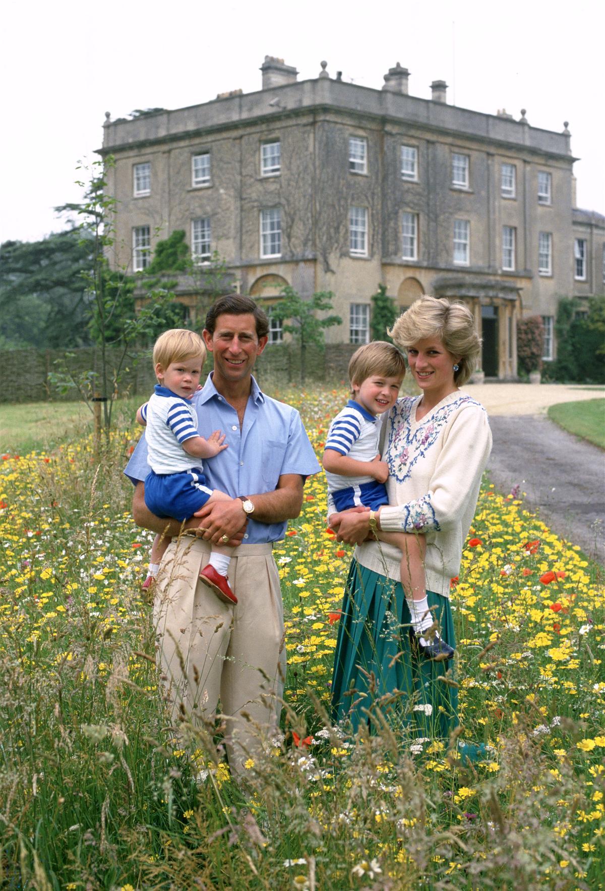 Tổ ấm nhỏ của cố Công nương Diana năm 1986: Thái tử Charles bế Hoàng tử Harry còn Hoàng tử William được mẹ bế
