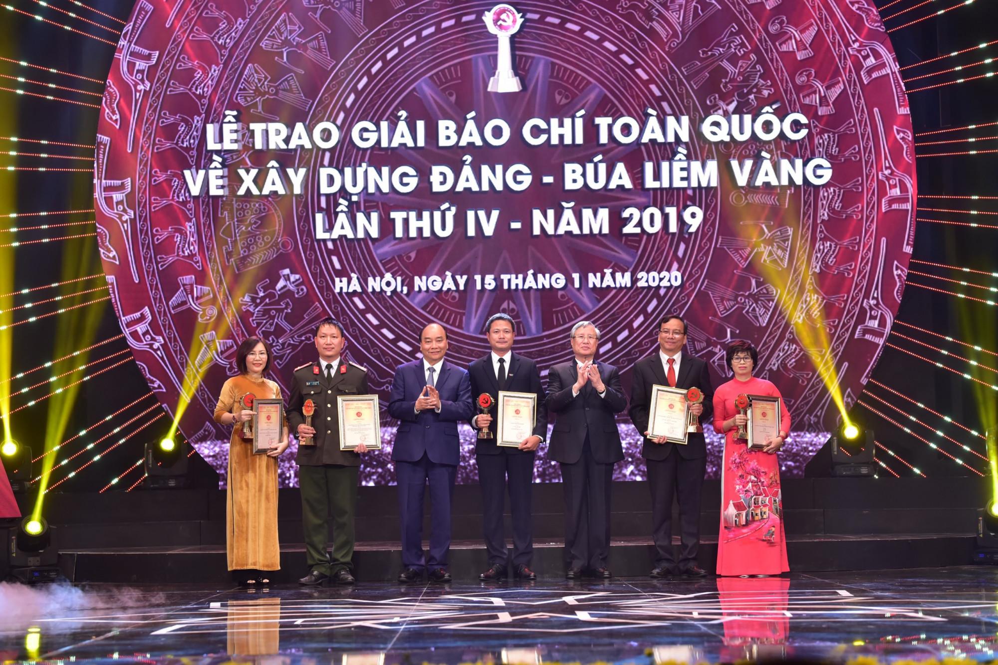 Thủ tướng Nguyễn Xuân Phúc, Thường trực Ban Bí thư Trần Quốc Vượng cùng các tác giả đoạt giải A. Ảnh: VGP